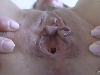 Masturbating with a vibrator makes Eve cum hard and bite their way hand