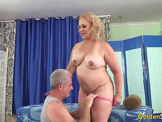 Ancient Masseur Rubs Thick Mature Slut Summer with Fingers and Toys