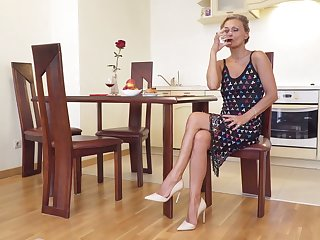 Sexually charged grown up woman Bonita is effectuation with her smooth pussy
