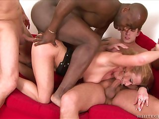 Old bag Anita Vixen spreads her legs to loathe fucked in a gangbang