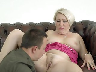 Mature amateur Bibi Pink sucks and spreads their way fingertips for sex