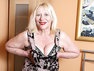 Call into disrepute British Housewife Playing Round Her Soft Snatch - MatureNL